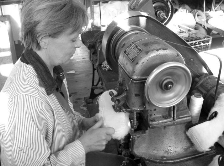 La couture selon le procédé du cousu-retourné dans l'atelier de fabrication des charentaises Rivalin