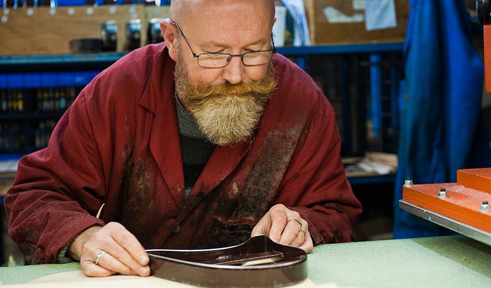 Découpe du cuir pour la fabrication du Sabot