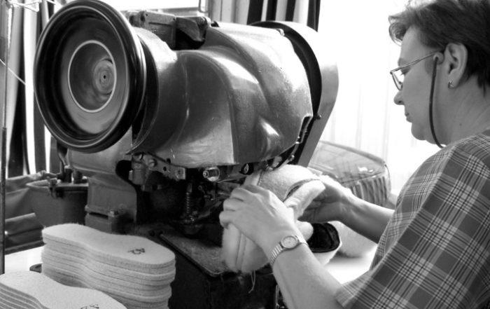 Couture d'une charentaise dans l'atelier Rivalin